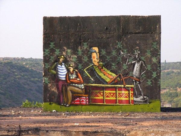 Бывший инженер создает рисунки на стенах зданий и развалин родного Крыма, стремясь жить в свое удовольствие.