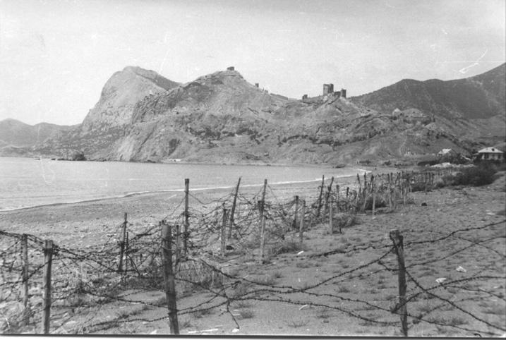 Береговая линия, вид на генуэзскую крепость.