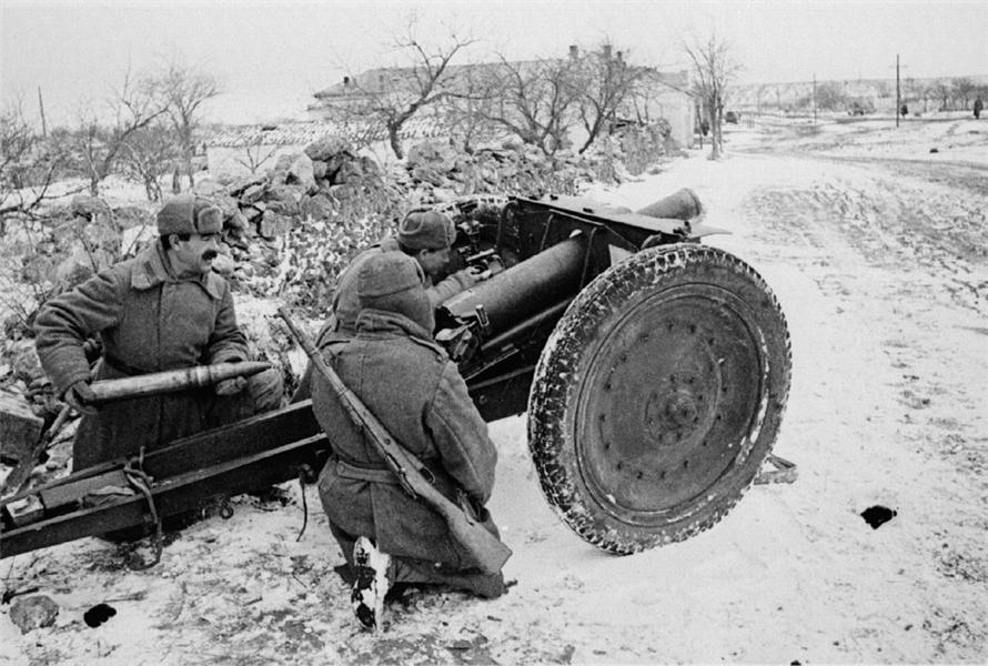 Расчет советской 76,2-мм полковой пушки образца 1927 года на огневой позиции в Крыму. «Полковушка» являлась лёгким орудием непосредственной поддержки пехоты и кавалерии огнём.  В эксплуатации пушка была простой и надeжной, но архаичность её конструкции заставила прекратить производство пушки в 1943 году.  Расчёт орудия состоял из 7 человек: командира орудия, наводчика, заряжающего, замкового, правильного и двух ящичных. Автор: Евгений Халдей.