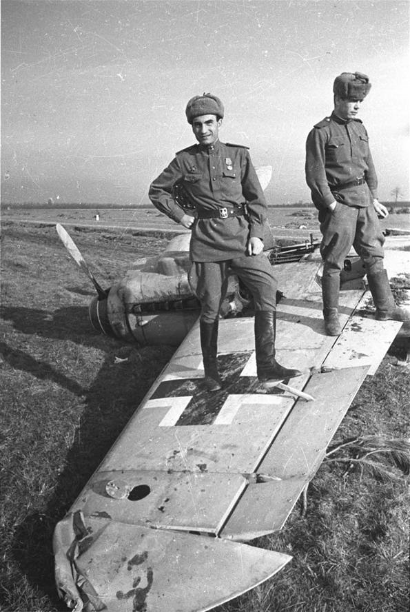 Советские военнослужащие позируют на брошенном в Крыму немецком истребителе Мессершмитт Bf.109. 1944 г. Автор: Евгений Халдей.