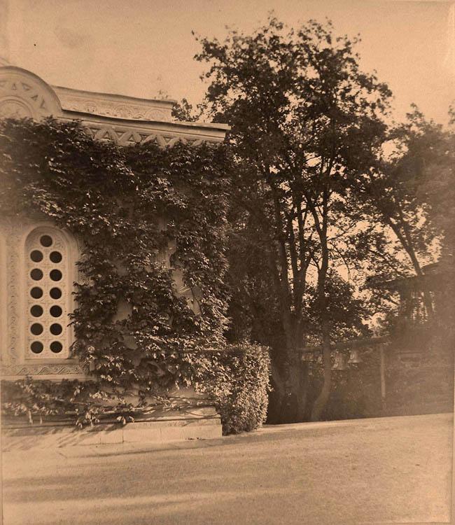 Ливадия. Вид части западного фасада здания церкви Воздвижения Креста Господня (архитектор И.А.Монигетти); справа - звонница.