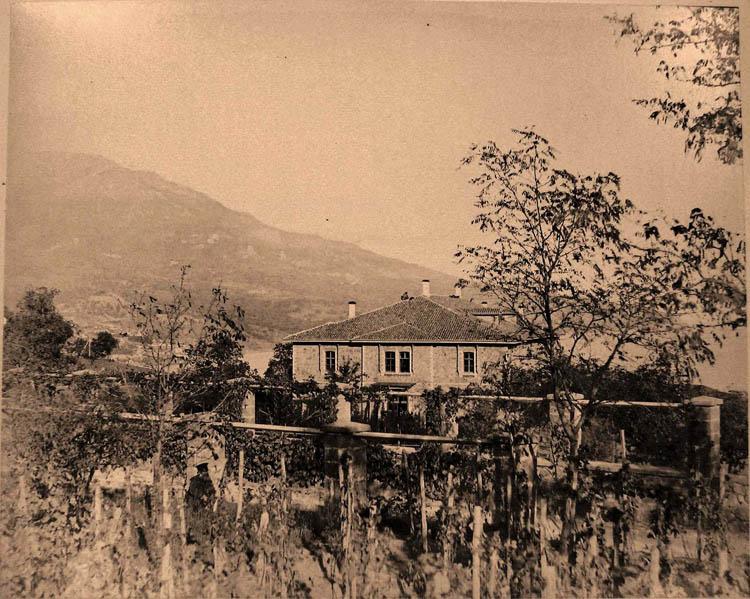 Ливадия. Вид здания казармы у въезда в имение Ливадия; на первом плане - виноградники