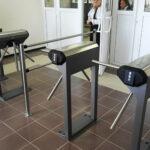 Установку турникетов в школах Симферополя решили приостановить
