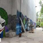 Стену кинотеатра в Ялте расписали граффити на тему кино