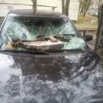 В Симферополе кусок фасада здания рухнул на автомобиль