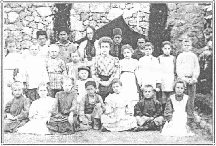 М.П. Ундольская 18-ти лет со своими учениками.