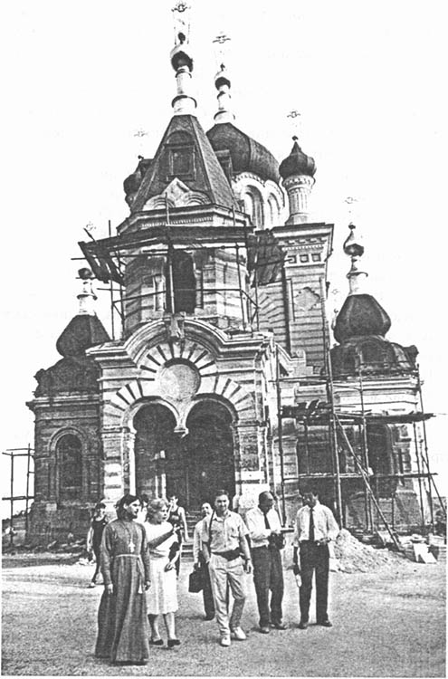Возрождение храма. На переднем плане о. Петр