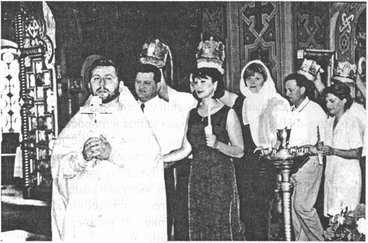 Обряд венчания проводит настоятель храма Воскресения Христова отец Евгений
