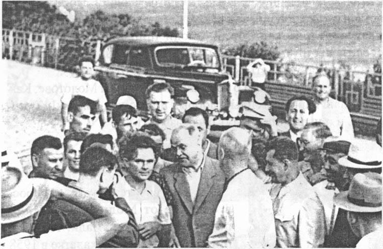 Молотов у клуба — столовой. 1951 г.