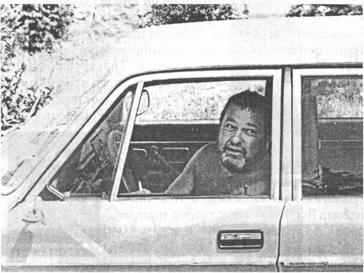 Ю. Семенов за рулем своей машины в Форосе