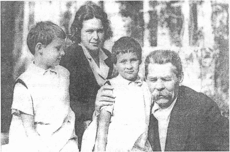А.М. Горький с Н.А. Пешковой и внучками Марфой и Дарьей в Тессели