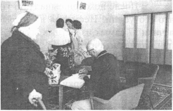 И.Ф. Шаляпина и И.С. Козловский делают запись в журнале для почетных гостей