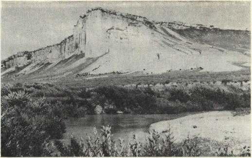 Белая скала (Ак-Кая). На переднем плане — река Биюк-Карасу