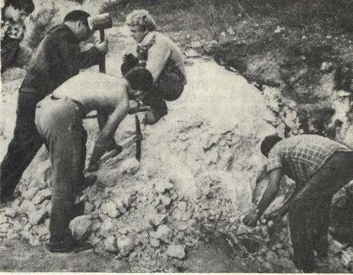 Начало раскопок стоянки Заскальной VI Удаление скальной глыбы — рухнувшего козырька древнего навеса