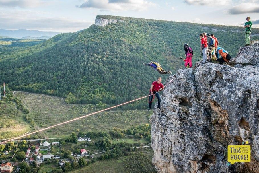 Сотни людей съехались в Крым на фестиваль экстремальных видов спорта.
