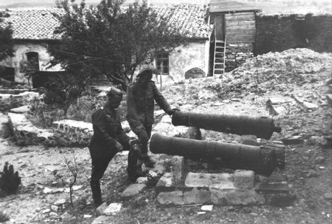 Немецкие солдаты разглядывают пушки XIX века.