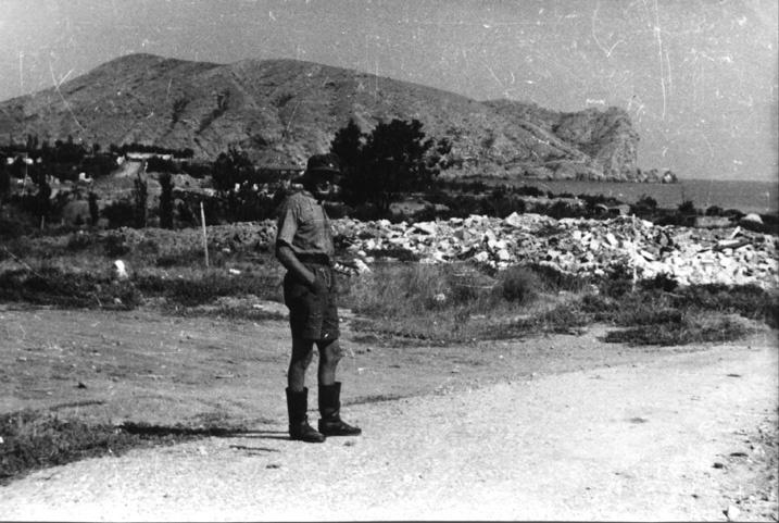 Немецкий солдат на улице Судака. На дальнем плане мыс Алчак.