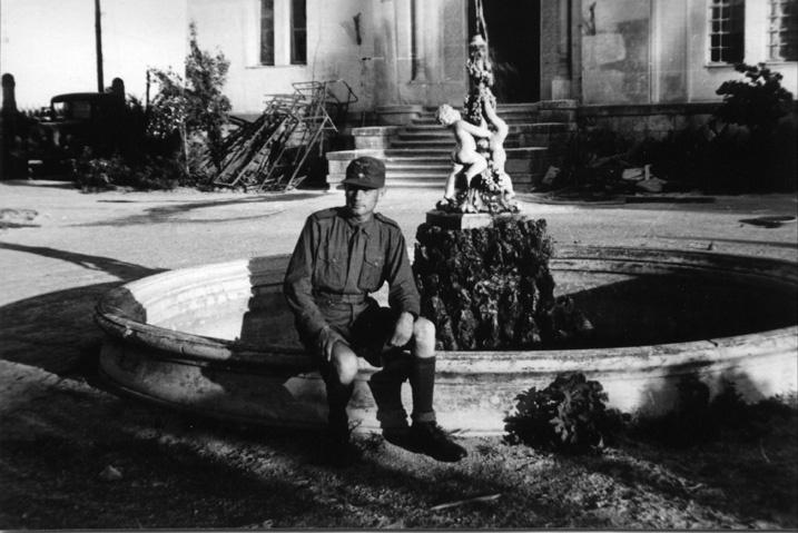 Немецкий солдат на фоне фонтана.