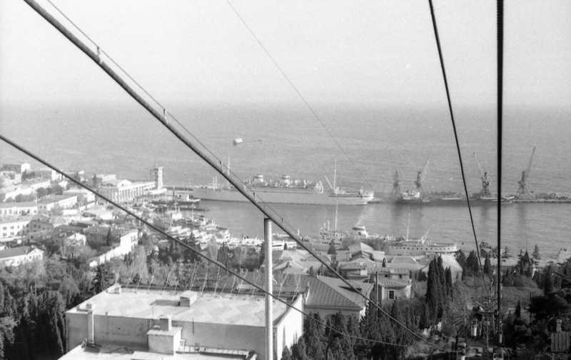 """Вид с канатной дороги на порт. В порту стоит, кажется, """"Адмирал Нахимов""""."""