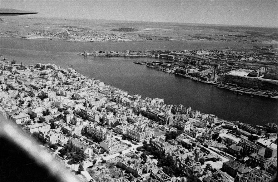 Освобождённый Севастополь с высоты птичьего полёта. 1944 г. Автор: Евгений Халдей.