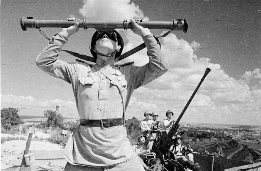 Советские зенитчики  в освобожденном Севастополе. 1944 г. Автор: Евгений Халдей.