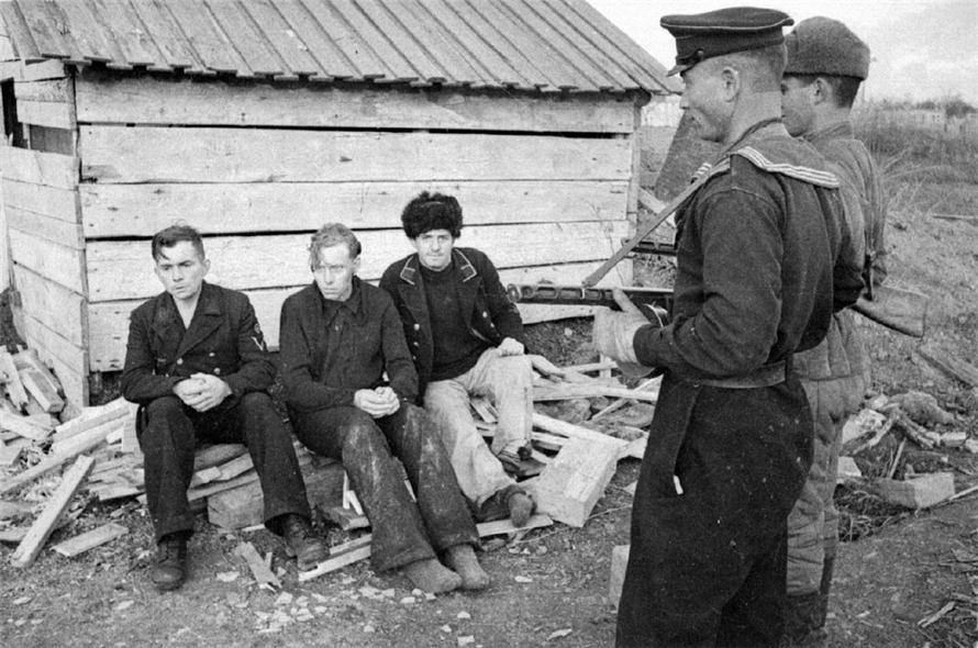 Пленные немецкие моряки под Керчью. 1944 г. Автор: Евгений Халдей.