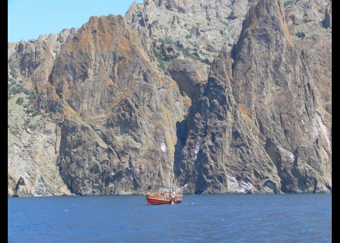 Экологи усмотрели нарушения в морских прогулках вдоль Карадага.