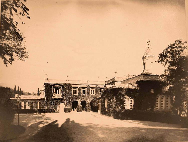 Ливадия. Вид части фасада Большого Императорского дворца (архитектор И.А.Монигетти, 1862-1863 гг.); справа - церковь Воздвижения Креста Господня.