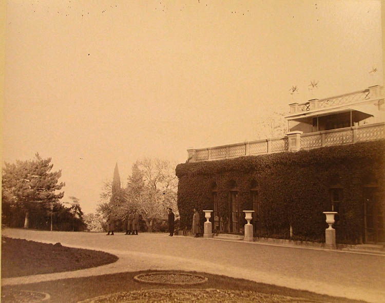 Ливадия. Служащие у Большого Императорского дворца (архитектор И.А.Монигетти, 1862-1863 гг.)
