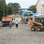 В Симферополе на месте снесенного рынка начали укладывать тротуарную плитку (ФОТО)