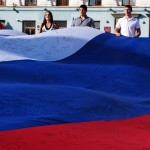 Огромный флаг России развернули на главной площади Симферополя