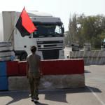 """Власти: """"Правый сектор"""" незаконно обыскивает авто на границе с Крымом"""