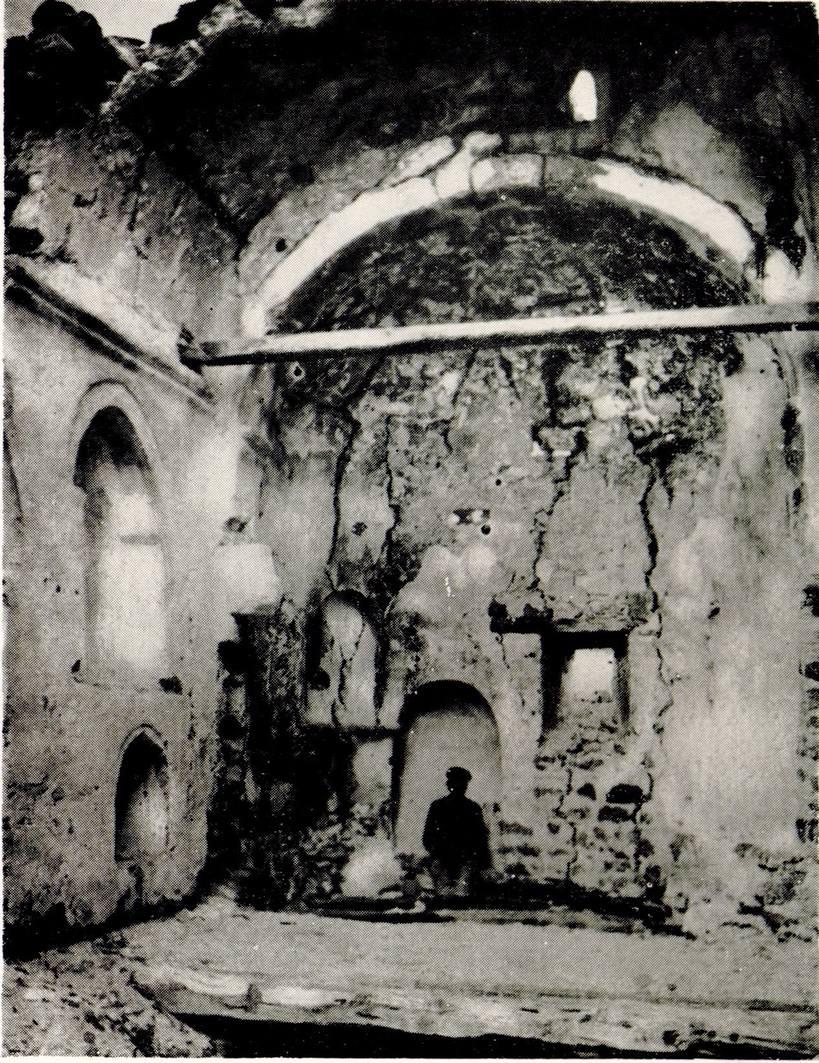 Внутренний вид полуразрушенного храма Фуны. Фото П.А. Двойченко. 1911 г
